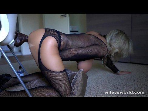 Зрелая блондинка фантазирует и мастурбирует большим фаллоимитатором