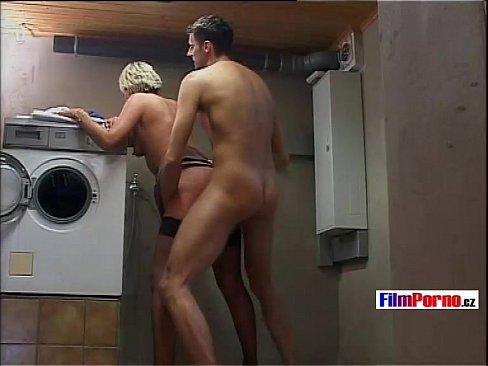 Safadão fodendo a coroa na lavanderia
