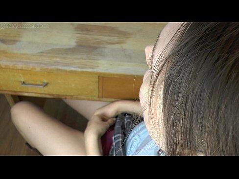 Estudante safadinha com tesão mete o vibrador escondido e tem um orgasmo gostoso