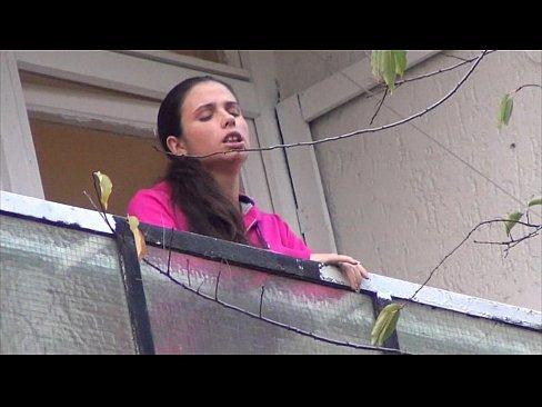 Namorado taradão chupa gostoso o grelinho da vadia na sacada do apartamento