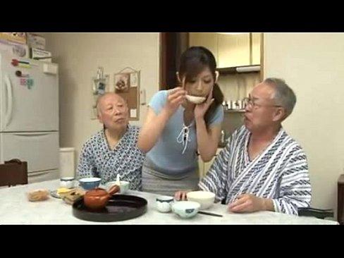 巨乳でかわいいさとう遥希が、おじいちゃんたちの介護!ご飯を咀嚼して口移...