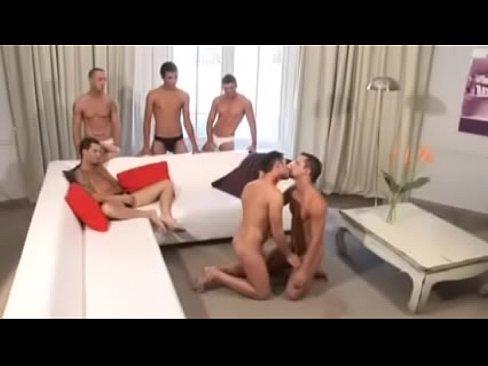Suruba com vários machos gostosos da argentina