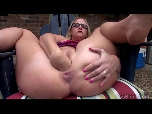 Зрелая блондинка делает себе вагинальный фистинг кулаком и мастурбирует огромным фаллоимитатором