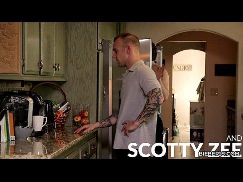 Tio tatuado dando a bunda para o sobrinho