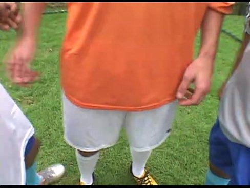 Jogadores transando no campo de futebol