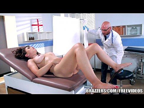 Doutor fazendo sexo quente com paciente dentro do hospital