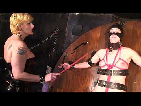 Две зрелые суки порют распятую рабыню в подвале БДСМ