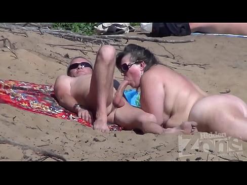 Оральный секс на нудистском пляже