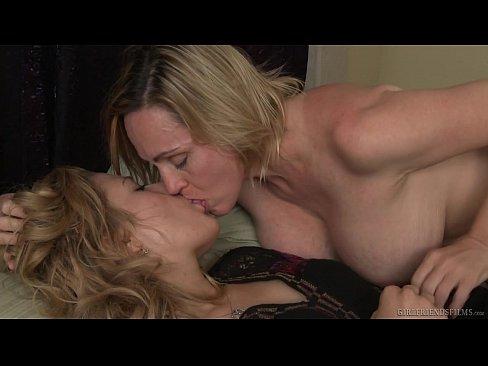 Зрелая лесбиянка с огромными сиськами совратила юную блондинку