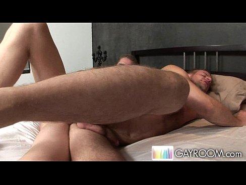 Amigos fazendo sexo na cama do pai