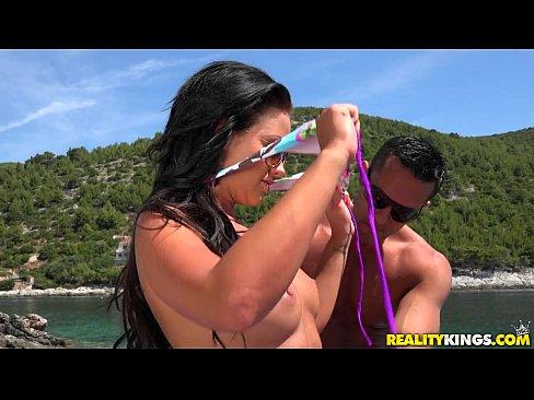 Un Barbat Foarte Norocos Prinde Doua Pizde Brunete Pe Plaja Si Le Fute
