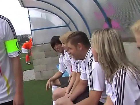 Fotbalistele Se Fut Cu Baiatul Care Le Andtreneaza In Vestiar